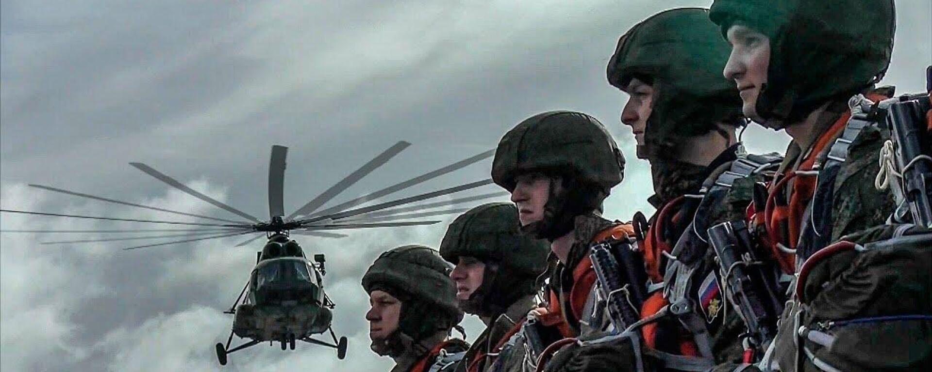 Морская пехота Балтийского флота отработала воздушное десантирование - Sputnik Латвия, 1920, 24.09.2021