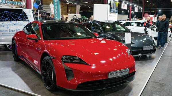 Спортивные автомобили Porsche так же доступны с электродвигателями. На фото Porsche Taycan 4s стоимостью больше 100 тыс. евро - Sputnik Латвия