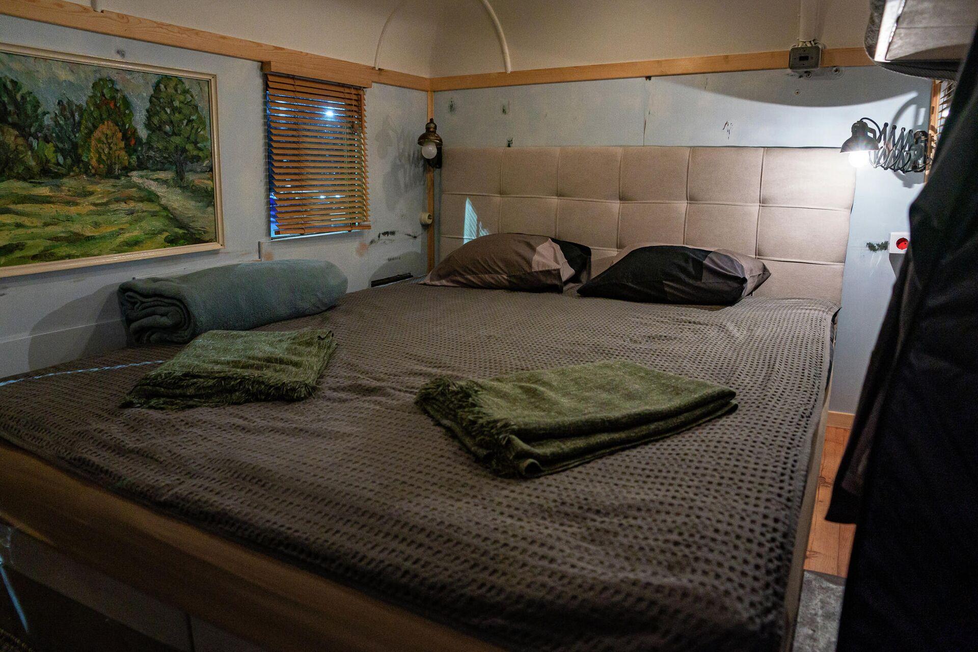 Двуспальная кровать установлена в кунге Газ-63 - Sputnik Латвия, 1920, 25.09.2021