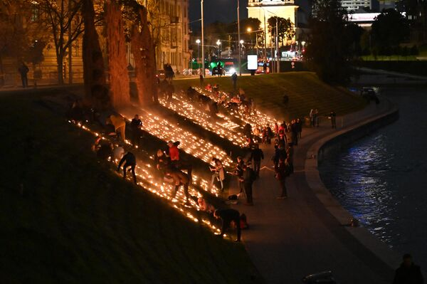 Организатором мероприятия выступил Вильнюсский центр этнической культуры. Ученики прогимназии приняли участие в подготовке огненных символов, на склоне берега реки расставлялись и зажигались свечи. - Sputnik Латвия