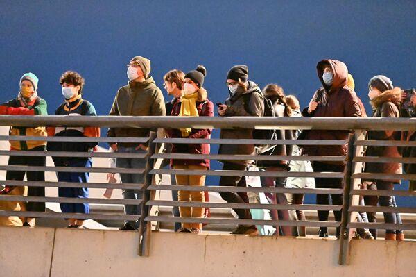 """Праздник привлек множество зрителей, однако им пришлось расположиться на другом берегу реки. На мост Миндаугаса пускали только с """"паспортом возможностей"""".  - Sputnik Латвия"""