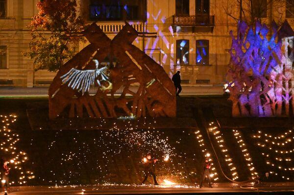 На фото: фрагмент огненного шоу на берегу реки Нерис. - Sputnik Латвия