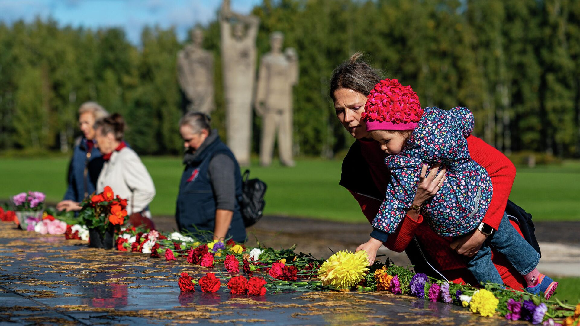 У Саласпилсского мемориала прошла памятная акция в 77-ю годовщину освобождения лагеря - Sputnik Латвия, 1920, 27.09.2021