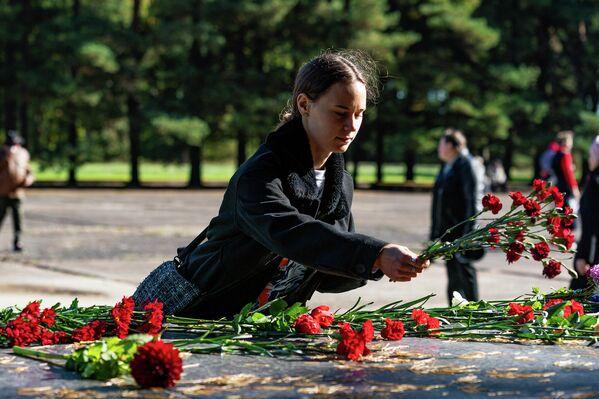 У Саласпилсского мемориала прошла памятная акция в 77-ю годовщину освобождения лагеря - Sputnik Латвия