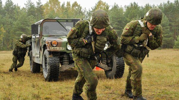 Литовские военные во время учений на полигоне Графенвер, Германия, 20 октября 2015 года - Sputnik Латвия