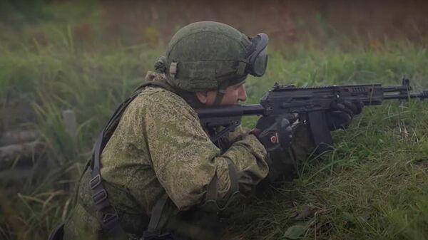 Держать рубеж: российские десантники испытали на учениях новые БТР и БМД - Sputnik Latvija