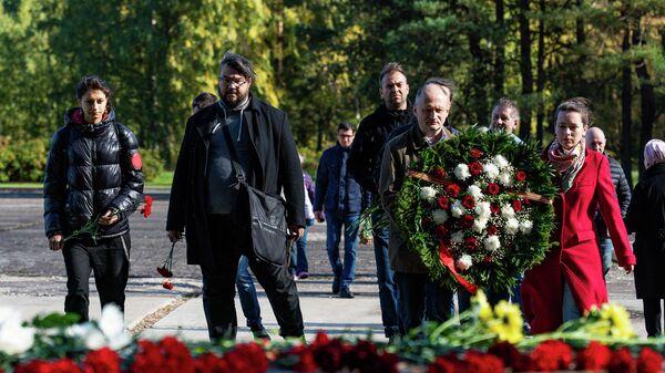 У Саласпилского мемориала прошла памятная акция в 77-ю годовщину освобождения лагеря - Sputnik Latvija