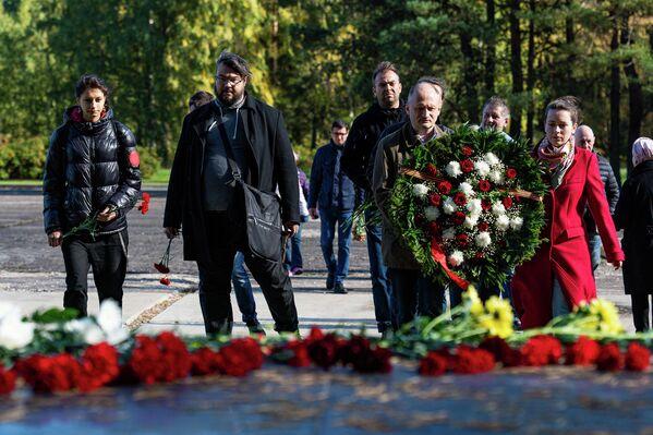 Latvijas Krievu savienības pārstāvji noliek ziedus pie Salaspils memoriāla - Sputnik Latvija