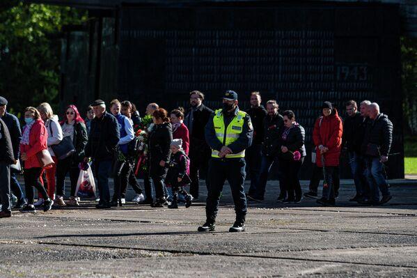 Valsts policijas darbinieki uzrauga piemiņas ceremoniju Salaspils memoriālā - Sputnik Latvija