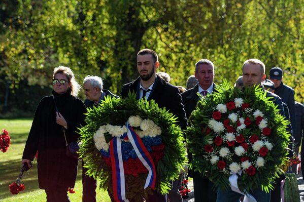 Krievijas pagaidu pilnvarotais lietvedis Vadims Vasiļjevs piedalījās vainagu un ziedu nolikšanas ceremonijā Salaspils memoriālā - Sputnik Latvija