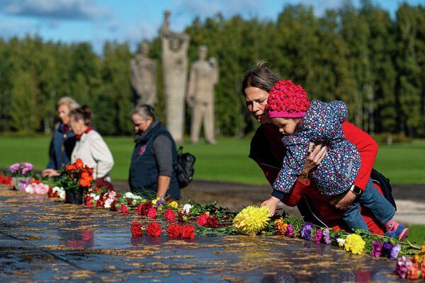 """Salaspils nometnes gūstekņi stāstīja par bērnu uzturēšanas šausmām """"Latvijas nāves fabrikā"""" - Sputnik Latvija"""