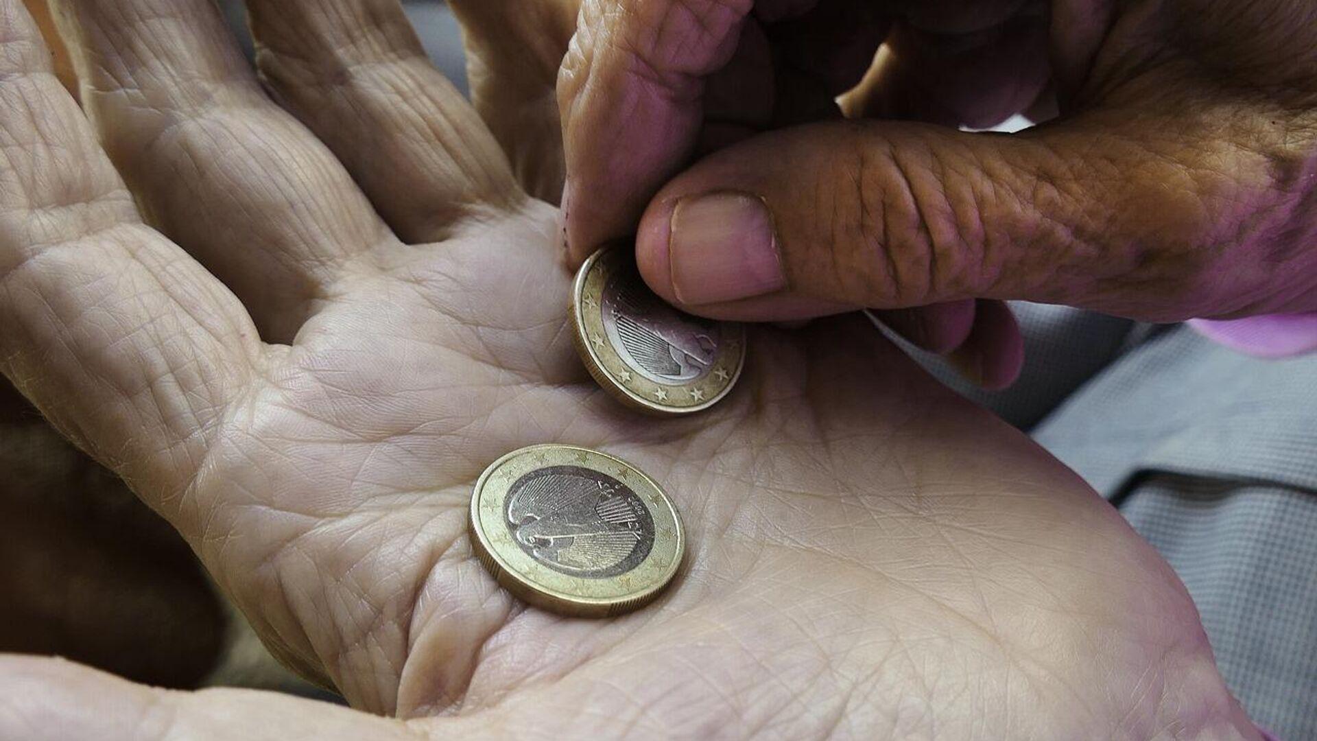 Пенсионер считает деньги - Sputnik Латвия, 1920, 29.09.2021