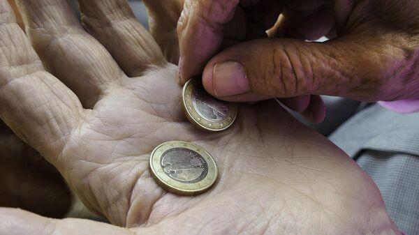 Пенсионер считает деньги - Sputnik Latvija