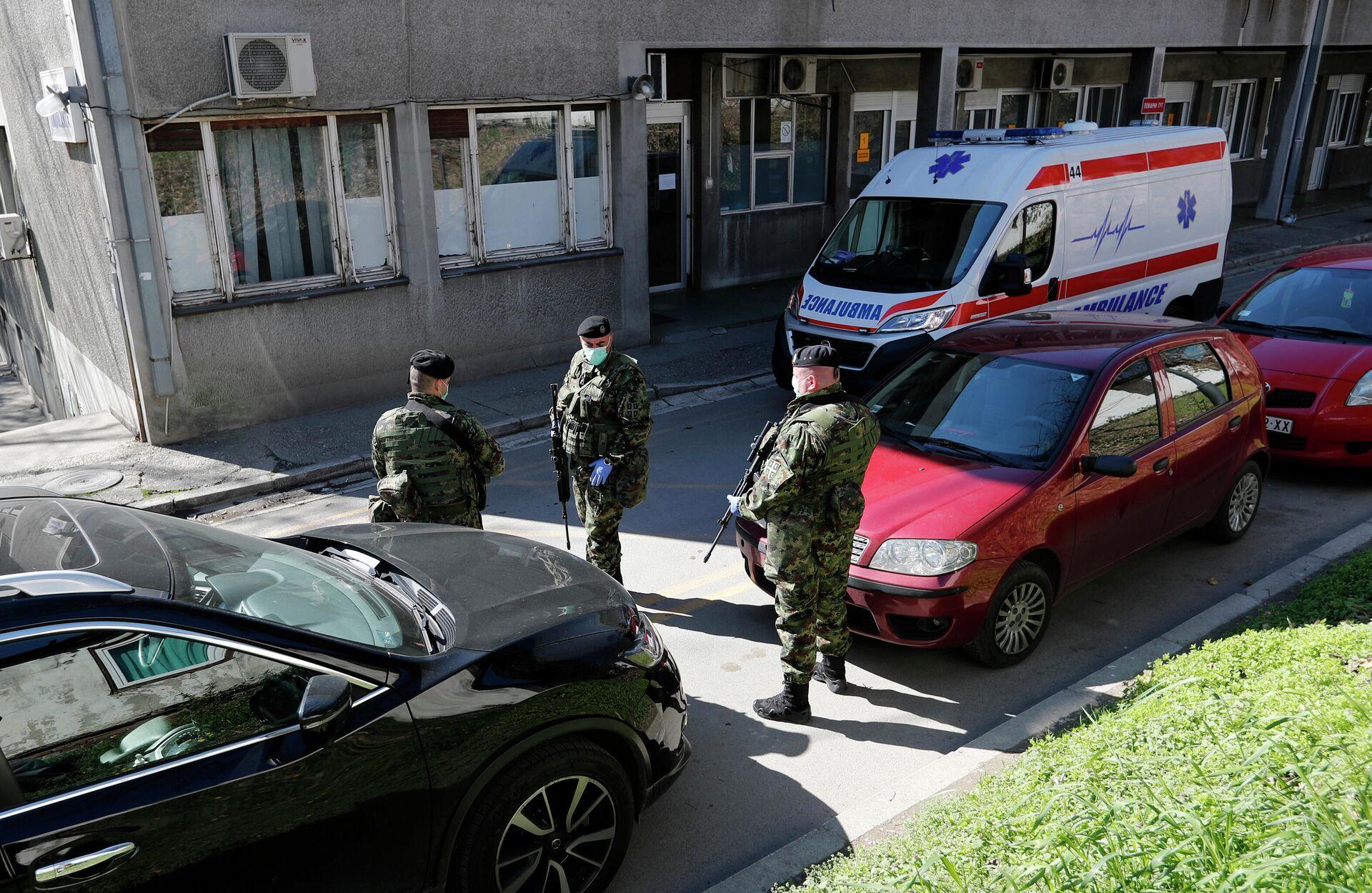 Сербские военные у здания клиники инфекционных болезней в Белграде - Sputnik Latvija, 1920, 30.09.2021