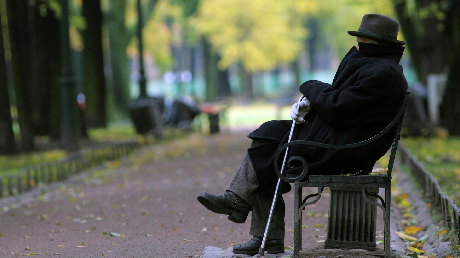 Пожилой мужчина на скамейке в парке - Sputnik Латвия, 1920, 29.09.2021