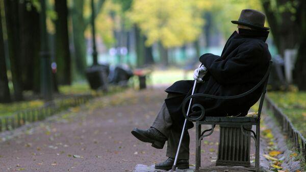 Пожилой мужчина на скамейке в парке - Sputnik Латвия
