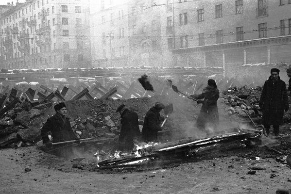 Москвичи строят противотанковые укрепления, 1941 год - Sputnik Латвия