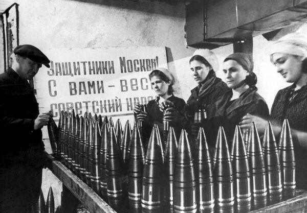 Производство боеприпасов на одном из московских заводов, 1942 год - Sputnik Латвия