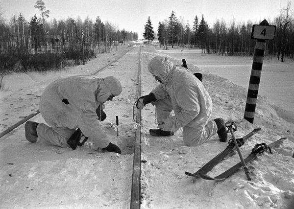 Советские бойцы минируют железнодорожные пути под Москвой, 1941 год - Sputnik Латвия