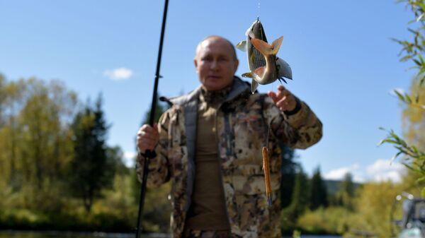Президент РФ Владимир Путин во время рыбалки в тайге - Sputnik Latvija