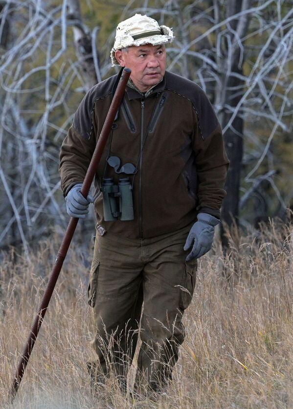 Prezidents bieži izvēlas atpūtu taigā. Braucienos viņu nereti pavada aizsardzības ministrs Sergejs Šoigu - Sputnik Latvija