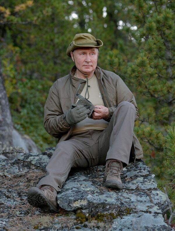 """Šoigu novērtēja Putina telti: """"Solīdi!"""". Putins atbildei pajokoja: ja kārtīgi strādāt, arī miteklis būs labāks - Sputnik Latvija"""