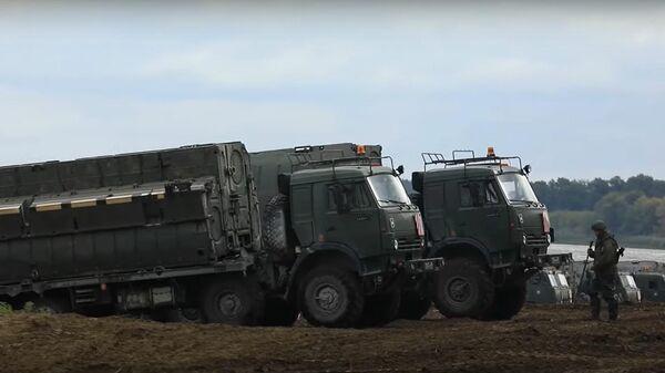 Brīnumtilts: kara inženieri pārvietoja tanku bataljonu pāri Okai - Sputnik Latvija