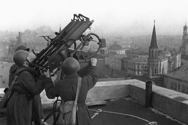 """Padomju zenītartilēristi uz viesnīcas """"Maskava"""" jumts. 1941.-1945. gada Lielais Tēvijas karš - Sputnik Latvija"""