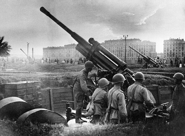1941.-1945. gada Lielais Tēvijas karš. Maskavas aizsardzība. Zenītartilērijas vienība pie Gorkija Kultūras un atpūtas parka - Sputnik Latvija