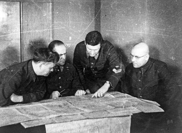 Rietumu frontes štābs, Maskavas aizsardzība, 1941. gada. No kreisās uz labo: Nikolajs Bulgaņins, Georgijs Žukovs, Vasilijs Sokolovskis, Ivans Hohlovs - Sputnik Latvija