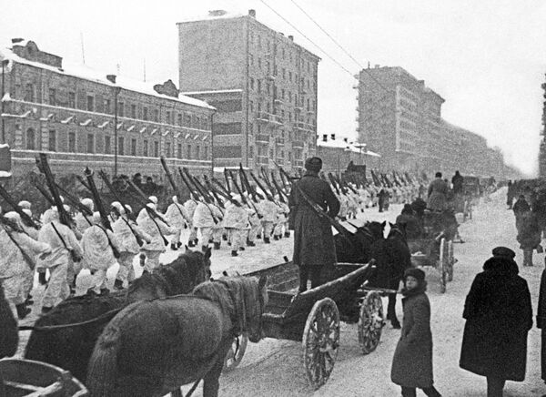 """1941.-1945. gada Lielais Tēvijas karš. Sarkanās armijas karavīri pēc parādes Sarkanajā laukumā 1941. gada 7. novembrī dodas uz fronti. Maršē Sibīrijas divīzija. Kadrs no dokumentālās filmas """"Maskavieši 1941. gadā"""" - Sputnik Latvija"""