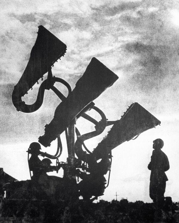1941.-1945. gada Lielais Tēvijas karš. Pretgaisa aizsardzības sistēmas skaņu uztveršanas iekārta sargā Maskavas debesis. - Sputnik Latvija