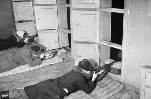 Maskavas aizsardzība. Maskavas zemessargu vispārējās militārās apmācības. 1941. gada oktobris-decembris - Sputnik Latvija