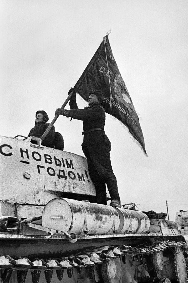 Tankists stiprina vienības karogu uz tanka. Tankisti dodas uz fronti. Maskavas aizsardzība. 1941. gada 31. decembris - Sputnik Latvija