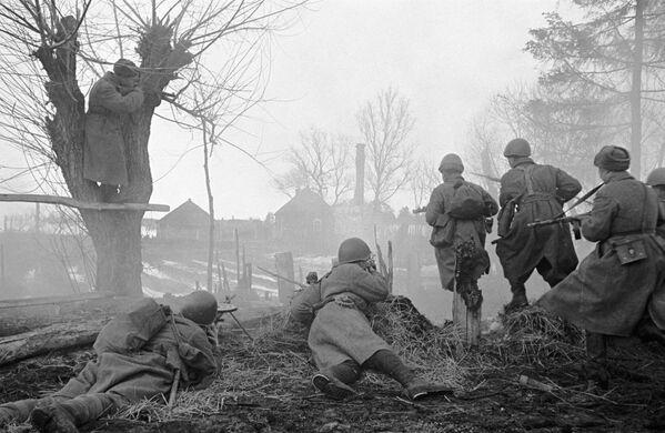 1941.-1945. gada Lielais Tēvijas karš. Cīņa pie Maskavas. Rietumu frontes grupējumi cīnās Juhnovas pilsētas rajonā - Sputnik Latvija