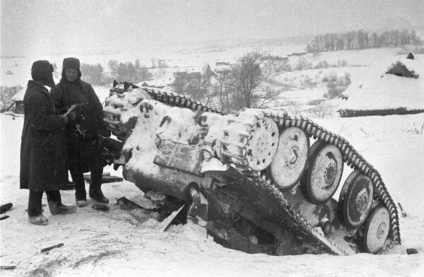Vācu spēku sakāve pie Maskavas. Sarkanarmieši līdzās sašautam vācu tankam - Sputnik Latvija