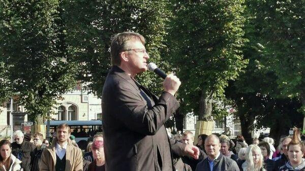 Глава партии Латвия на первом месте Айнарс Шлесерс на субботнем протесте в Риге - Sputnik Латвия