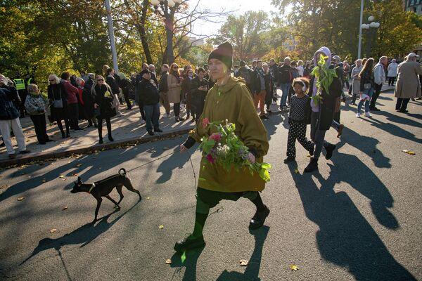 Рижане несут цветы к памятнику Свободы - Sputnik Латвия