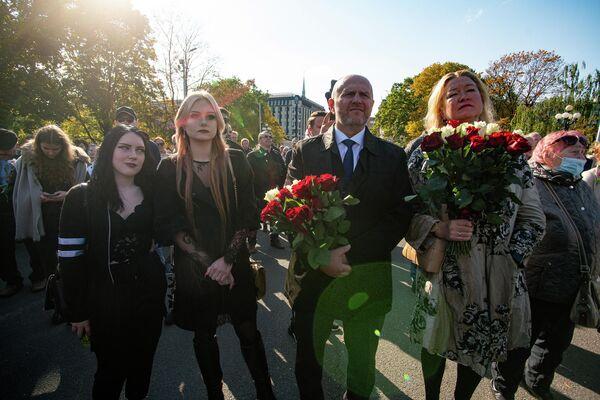 Люди собрались на акцию протеста против антиковидных решений правительства премьер-министра Кришьяниса Кариньша - Sputnik Латвия