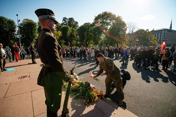 Солдат почетного караула у памятника Свободы во  время митинга протеста - Sputnik Латвия