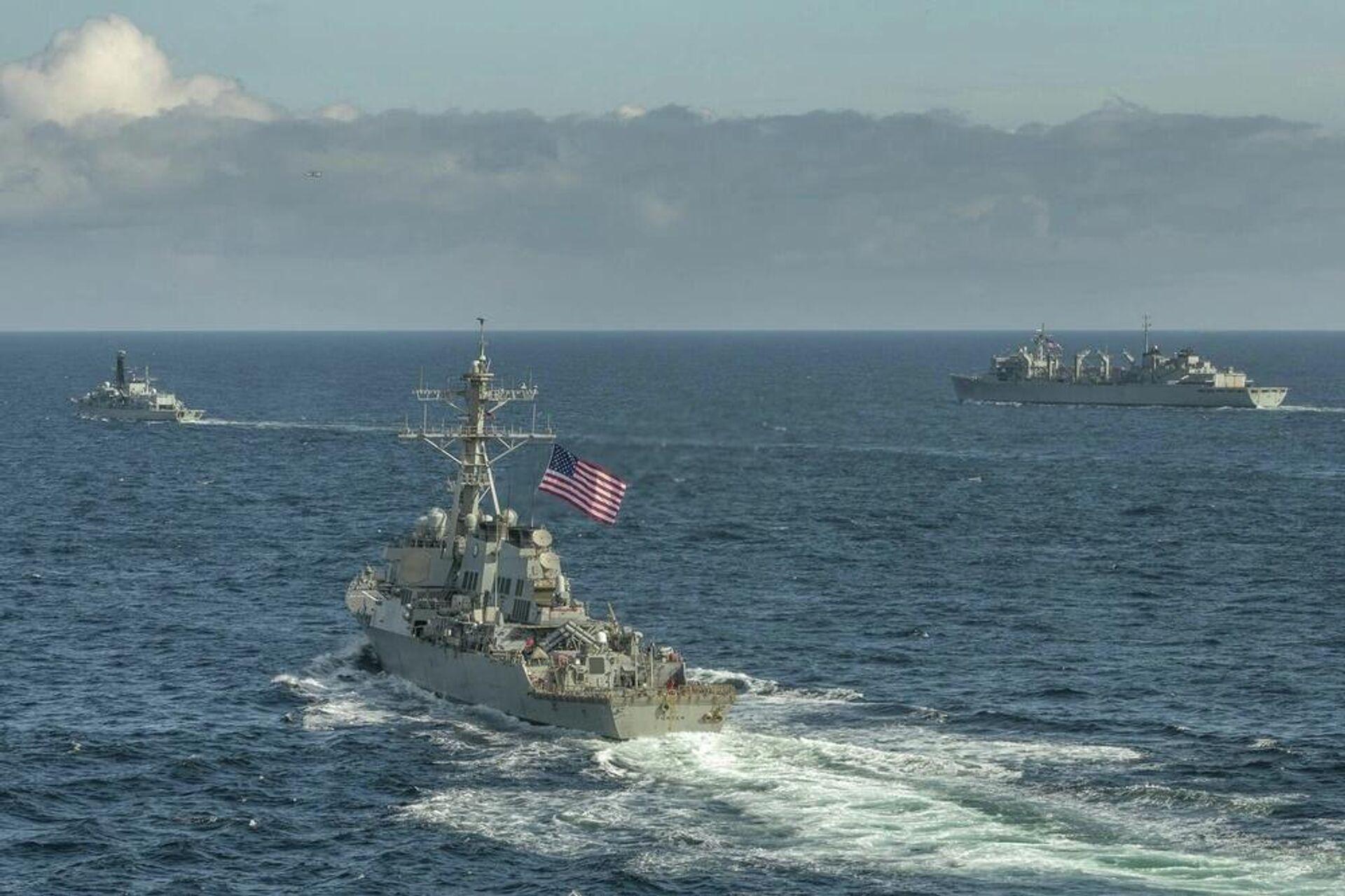 Эсминец ВМС США Портер, корабль поддержки USNS Supply и британский фрегат Кент во время учений в Баренцевом море. 5 мая 2020 - Sputnik Latvija, 1920, 07.10.2021