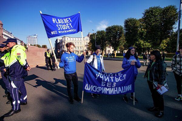 Latvijas augstskolu studenti protestē pret aizlieguma nevakcinētājiem turpināt studijas klātienē - Sputnik Latvija