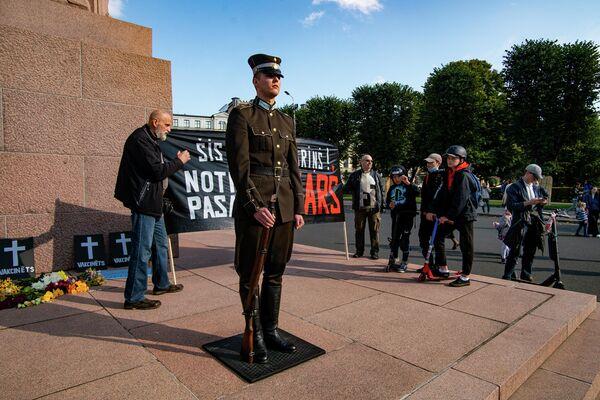 Goda sardzes kareivis pie Brīvības pieminekļa - Sputnik Latvija