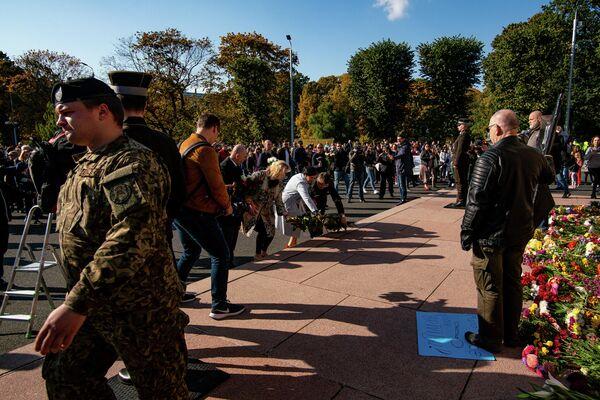 Ainārs Šlesers un Jūlija Stepaņenko noliek ziedus pie Brīvības pieminekļa - Sputnik Latvija