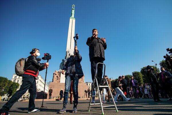 Latvijas opozīcijas politiķis Ainārs Šlesers uzrunā klātesošos - Sputnik Latvija