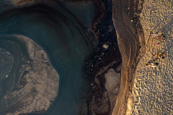 Naftas noplūdes rezultātā pie Dienvidkalifornijas krastiem piesārņotas populāras pludmales - Sputnik Latvija