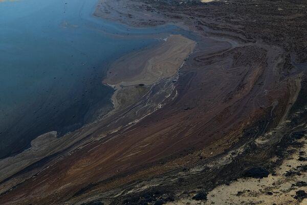 477 tūkstoši litru – gandrīz 3 tūkstoši barelu naftas noplūda okeānā pie ASV Klusā okeāna krasta - Sputnik Latvija