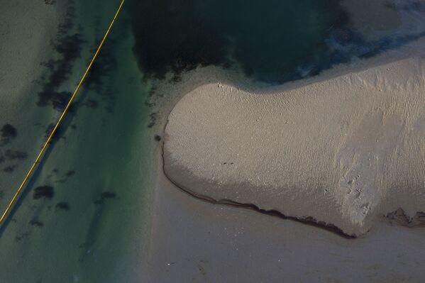 3. oktobrī naftas plankums izplatījās 5,8 jūras jūdžu attālumā un stiepās gan Hantingtonbīčas un Ņūportbīčas krasta līniju - Sputnik Latvija