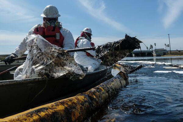 Attīrīšanas komandas izmantoja naftas savācējus un peldošos norobežojumus, lai apturētu tālāku jēlnaftas ieplūdumu Talbertmarša rezervāta purvainajā apvidū, kur mīt liels skaits putnu - Sputnik Latvija