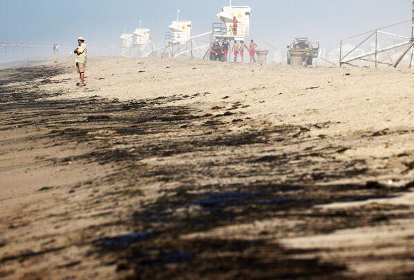 """Naftas noplūdes dēļ slēgts populārais aviācijas šovs """"Great Pacific Airshow"""", varasiestādes lūdz iedzīvotājus neapmeklēt tuvākās pludmales - Sputnik Latvija"""